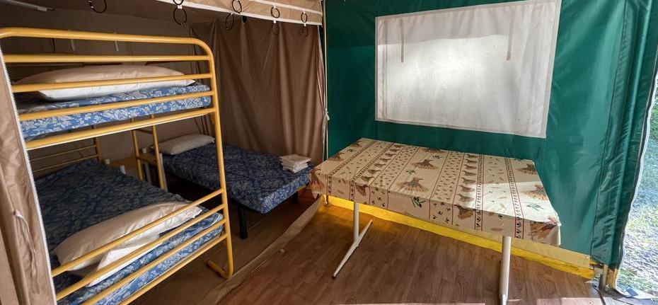 camping-gard-bungalow-interieure-repas