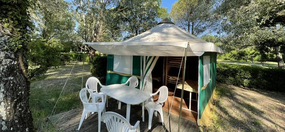 camping-gard-bungalow-terrasse